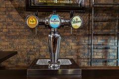 在酒吧的啤酒分配器 免版税库存照片