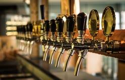 在酒吧的啤酒选项 库存图片