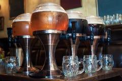 在酒吧的啤酒轻拍 库存图片