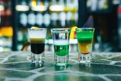 在酒吧的多层的灼烧的鸡尾酒 在酒吧的酒精短的鸡尾酒 免版税库存图片