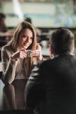 在酒吧的夫妇约会 免版税库存图片