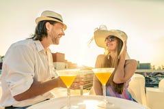 在酒吧的夫妇饮用的鸡尾酒 免版税图库摄影