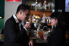 在酒吧的夫妇 免版税库存照片