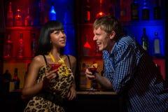 在酒吧的夫妇 免版税图库摄影