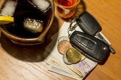 在酒吧的威士忌酒、鸡尾酒、金钱和汽车钥匙 库存图片