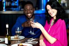 在酒吧的富感情的夫妇 图库摄影