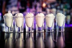 在酒吧的射击coktails 免版税图库摄影