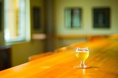 在酒吧的工艺啤酒 免版税库存图片
