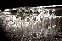 在酒吧的很多空的干净的玻璃 免版税库存照片