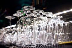 在酒吧的很多空的干净的玻璃 免版税图库摄影