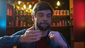在酒吧的情感体育迷观看的比赛,关于喜爱队丢失的翻倒 股票视频