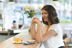 在酒吧的早餐 免版税库存照片