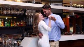 在酒吧的有吸引力的夫妇跳舞 股票视频
