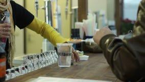在酒吧的服务的苏打水 股票录像