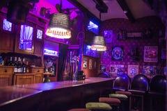 在酒吧的桶装啤酒轻拍 免版税库存图片
