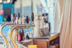 在酒吧的桶装啤酒轻拍 免版税库存照片