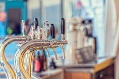 在酒吧的桶装啤酒轻拍 库存图片