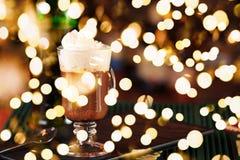 在酒吧的浓咖啡 圣帕特里克假日的概念 背景上色节假日红色黄色 免版税库存照片