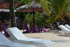 在酒吧的海滩睡椅 免版税库存照片