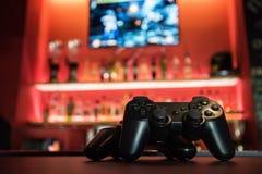 在酒吧的电子游戏 免版税库存照片