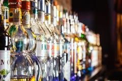 在酒吧的被弄脏的酒精瓶 免版税图库摄影