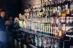 在酒吧的被弄脏的酒精瓶 免版税库存照片