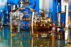 在酒吧的酒精饮料 免版税库存照片