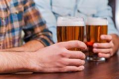 在酒吧的饮用的啤酒 库存图片