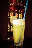 在酒吧的鸡尾酒饮料 免版税图库摄影