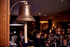 在酒吧的黑暗的背景的海响铃 免版税库存照片