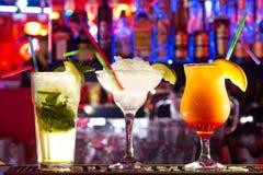 在酒吧的Coctails 亮光 Delecious 免版税库存图片