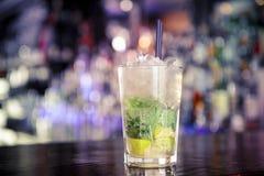 在酒吧的Mojito鸡尾酒 免版税库存图片