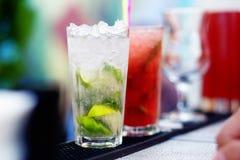 在酒吧的Mojito鸡尾酒 免版税图库摄影