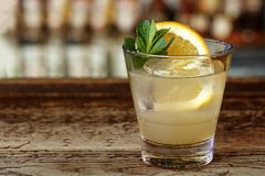 在酒吧的Southside鸡尾酒 免版税库存图片
