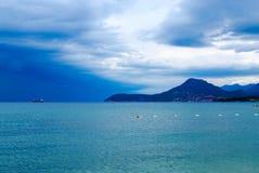 在酒吧近处的海岸线在多暴风雨的天气在9月,黑山的 图库摄影