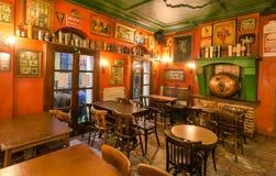在酒吧里面的老家具与历史装饰和葡萄酒样式 库存照片
