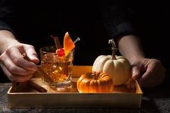 在酒吧-古板的威士忌酒鸡尾酒的秋天饮料 库存照片