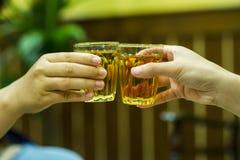 在酒店饮用的酒的手和酒汁液 的treadled 免版税库存照片