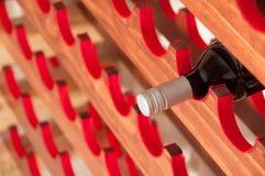 在酒机架的红葡萄酒 免版税库存照片