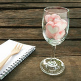 在酒杯的可爱的桃红色心脏蛋白软糖 免版税库存照片