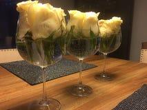 在酒杯的浮动花 库存照片