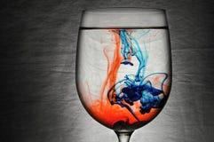 在酒杯的蓝色和红色液体 库存照片