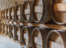在酒穹顶的行堆积的葡萄酒桶 免版税库存图片