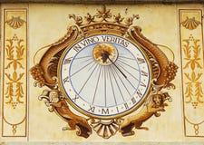 在酒Veritas日规时钟在Chateau de Pommard在伯根地,法国 免版税库存照片
