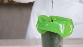 在酥皮点心袋子的倾吐的液体巧克力 影视素材