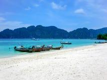 在酸值发埃发埃唐,发埃发埃海岛,泰国海滩的长尾巴小船  免版税库存图片