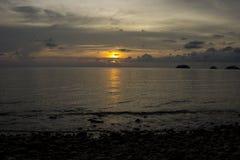 在酸值张海岛上的明亮的日落  免版税库存照片