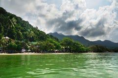 在酸值张海岛,泰国上的白色沙子海滩 免版税库存图片