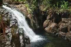 在酸值张海岛,泰国上的Khlong Nonsi瀑布 免版税库存照片