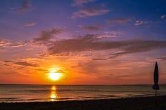 在酸值朗塔, Krabi,泰国美丽的水的惊人的日落  库存图片